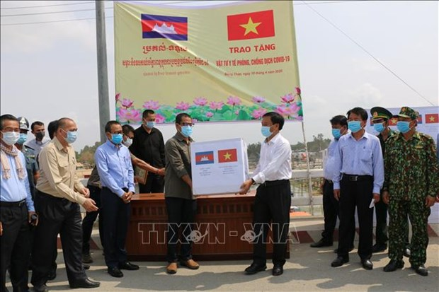 COVID-19: Dong Thap offre des fournitures medicales a la province de Prey Veng (Cambodge) hinh anh 1