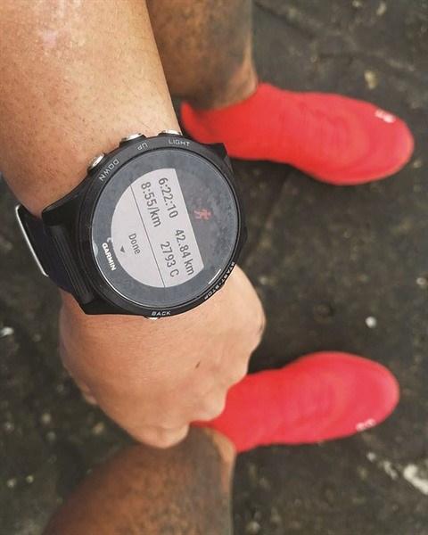 Il court un marathon sur… le toit de son immeuble hinh anh 2