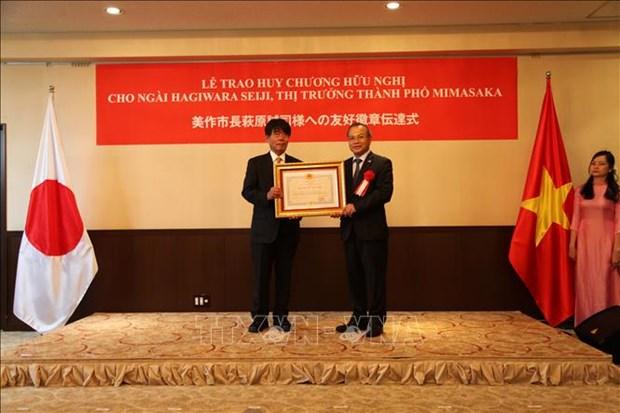 Le maire de Mimasaka s'est vu decerner la medaille de l'amitie du Vietnam hinh anh 1