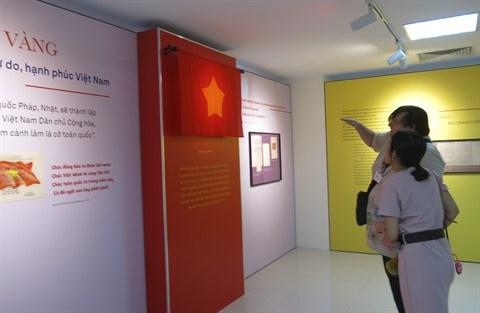 Le drapeau, l'hymne et l'embleme nationaux exposes a Hanoi hinh anh 1