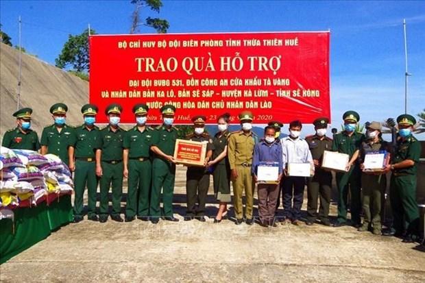 Thua Thien-Hue offre des cadeaux aux forces armees, aux residents frontaliers du Laos hinh anh 1