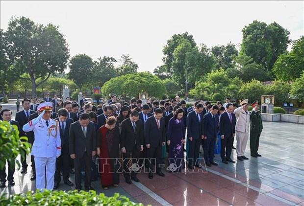 1010e anniversaire de Thang Long – Hanoi: les dirigeants de Hanoi rendent hommage au roi Ly Thai To hinh anh 1
