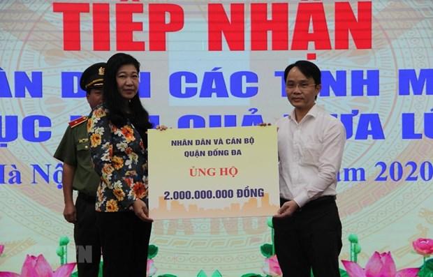 Hanoi remet des dons aux sinistres des crues et inondations dans le Centre hinh anh 1