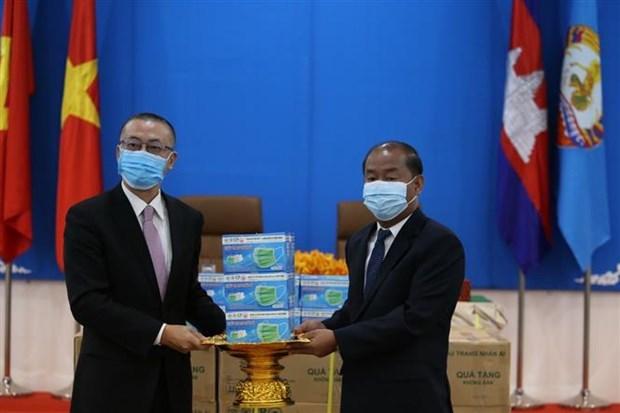 COVID-19 : des masques faciaux offerts au Parti du peuple cambodgien hinh anh 1