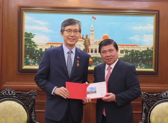 Un dirigeant de Ho Chi Minh-Ville fait grand cas des contributions du consul general de R. de Coree hinh anh 1