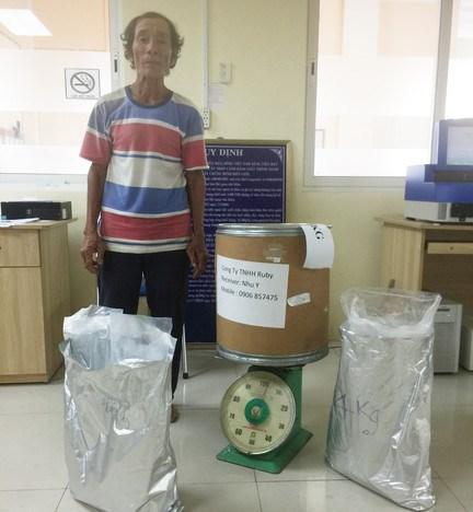An Giang : arrestation d'un trafiquant de drogue de synthese du Cambodge au Vietnam hinh anh 1