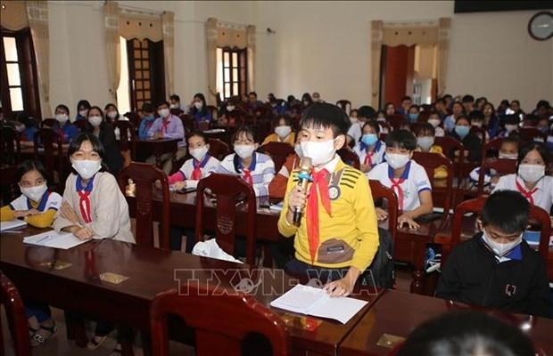 Des deputes de l'Assemblee nationale de Quang Tri echangent avec des enfants hinh anh 1