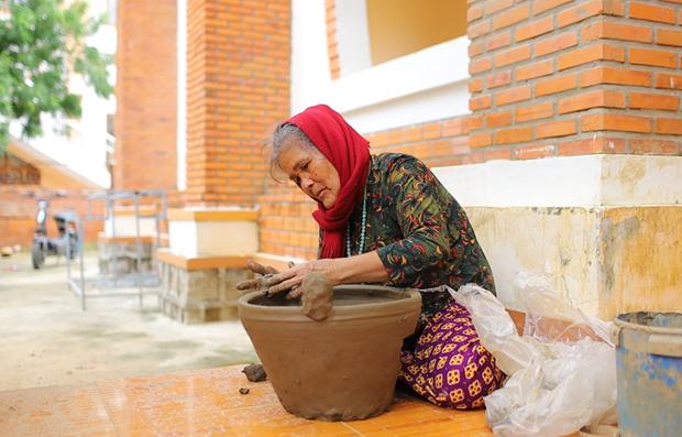L'art de la poterie des Cham : Visite du village centenaire de Bau Truc hinh anh 1
