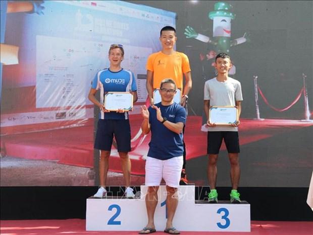 Pres 400 coureurs participent au marathon Mui Ne Dunes a Binh Thuan hinh anh 2