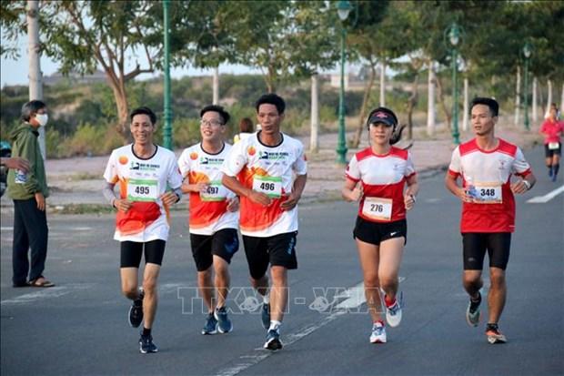 Pres 400 coureurs participent au marathon Mui Ne Dunes a Binh Thuan hinh anh 1