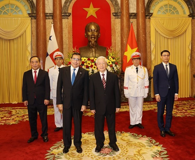 Le secretaire general et president Nguyen Phu Trong recoit de nouveaux ambassadeurs etrangers hinh anh 1