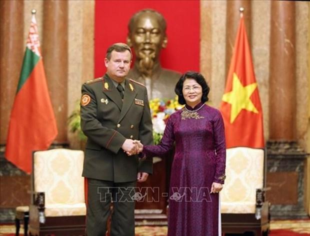 La vice-presidente Dang Thi Ngoc Thinh recoit le ministre bielorusse de la Defense hinh anh 1