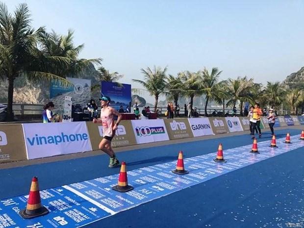 Pres de 2.000 coureurs participent au marathon international du patrimoine de la baie de Ha Long hinh anh 1
