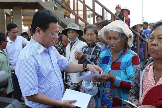 Remise de cadeaux a des personnes demunies dans la region du lac Tonle Sap hinh anh 1