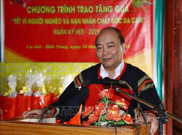 Le PM Nguyen Xuan Phuc offre des cadeaux aux personnes meritantes a Dak Nong hinh anh 1