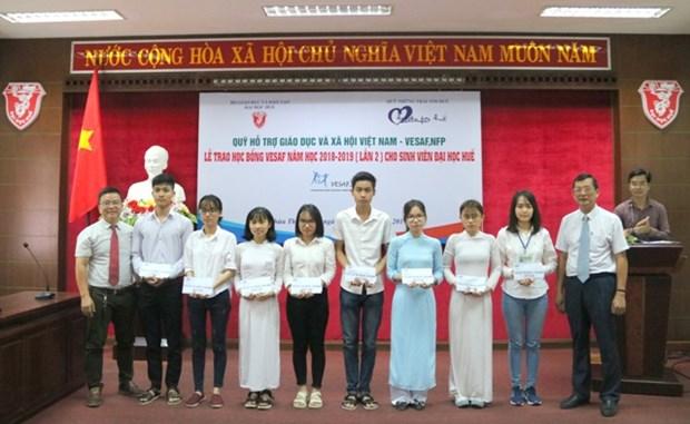 Remise de bourses a des etudiants brillants mais demunis a Thua Thien-Hue hinh anh 1