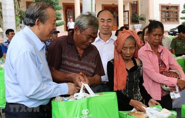 Le vice-PM Truong Hoa Binh remet des aides a des personnes demunies a Binh Phuoc hinh anh 1