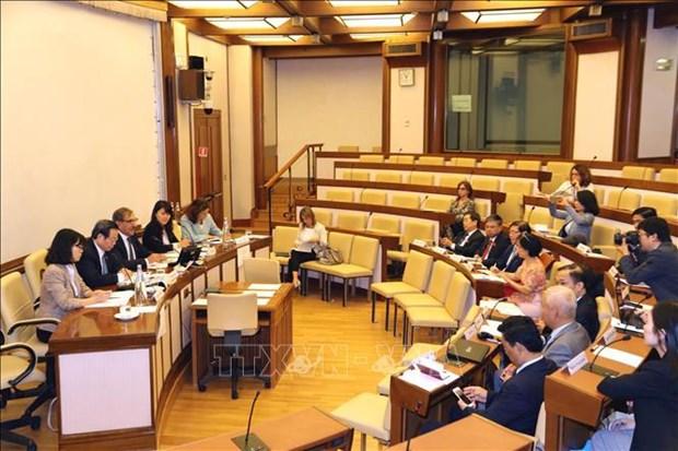 Le vice-president de l'AN Phung Quoc Hien rencontre des dirigeants du Senat italien hinh anh 1