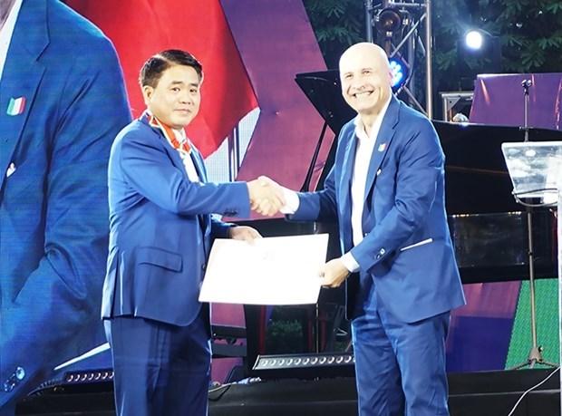 Le president du Comite populaire de Hanoi s'est vu decerner l'Ordre du Merite d'Italie hinh anh 1