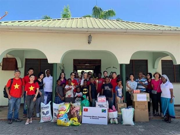 L'Association des femmes vietnamiennes en Tanzanie offre des cadeaux aux orphelins hinh anh 1