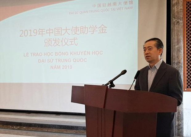 L'ambassade de Chine remet des bourses d'etude aux eleves de Bac Giang et Thai Nguyen hinh anh 1