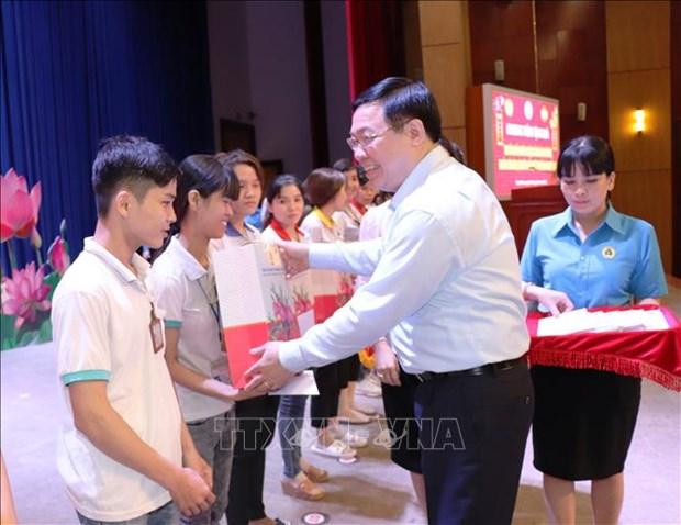 Le vice-PM Vuong Dinh Hue offre des cadeaux du Tet aux ouvriers et demunis a Tay Ninh hinh anh 1