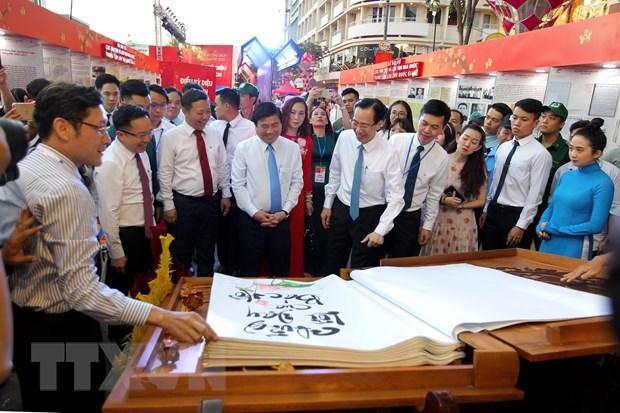 HCM-Ville : ouverture du festival de la rue des livres et de la rue florale Nguyen Hue hinh anh 1
