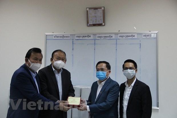 COVID-19 : des Vietnamiens au Cambodge et en Russie soutiennent la population des pays d'accueil hinh anh 1