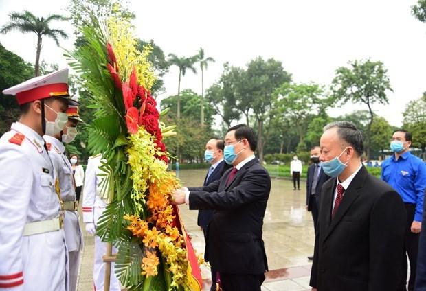 Les responsables de Hanoi rendent hommage a Lenine a l'occasion de son 150e anniversaire hinh anh 1