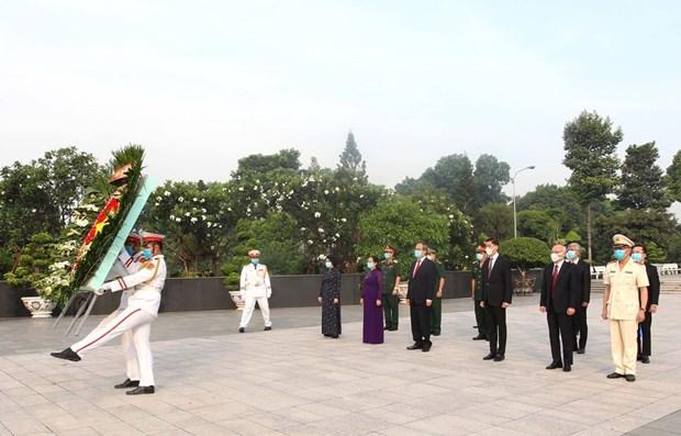 Reunification nationale: des dirigeants de HCM-Ville rendent hommage aux morts pour la Patrie hinh anh 1