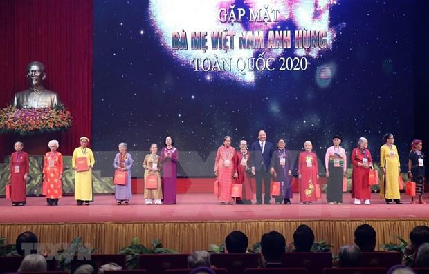 Le PM Nguyen Xuan Phuc rencontre les representantes des meres heroines hinh anh 1