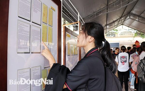 Exposition de cartes et d'archives sur les archipels de Hoang Sa et Truong Sa a Dong Nai hinh anh 1