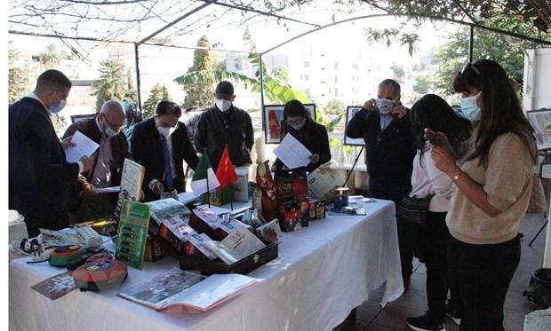 Exposition de photos en l'honneur des 58 ans de relations diplomatiques Vietnam-Algerie hinh anh 1