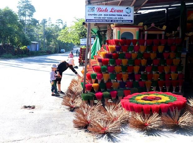 Le metier de production de batonnets d'encens au village de Thuy Xuan hinh anh 1