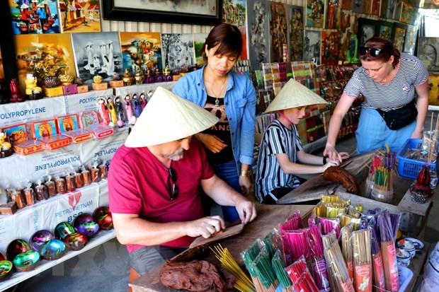 Le metier de production de batonnets d'encens au village de Thuy Xuan hinh anh 3