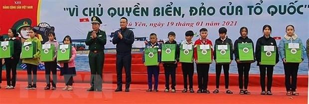 Remise de 16.000 drapeaux aux pecheurs de la province de Phu Yen hinh anh 2