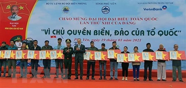 Remise de 16.000 drapeaux aux pecheurs de la province de Phu Yen hinh anh 1