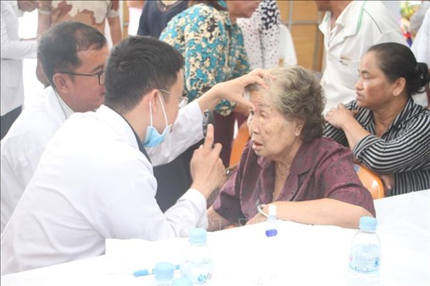Des medecins vietnamiens au chevet des patients cambodgiens demunis hinh anh 1