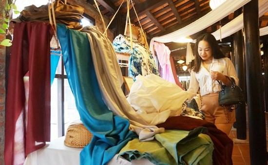 Defile de mode pour presenter la soie et les brocatelles de Lam Dong hinh anh 1
