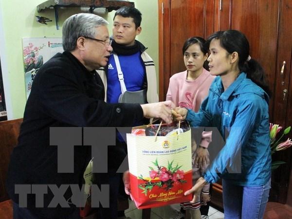 Le permanent du Secretariat du CC du Parti rend visite a des travailleurs a Bac Giang hinh anh 1