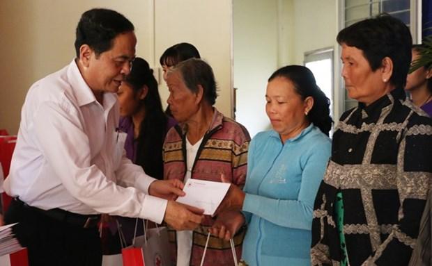 Le president du CC du FPV offre des cadeaux du Tet dans la province d'An Giang hinh anh 1