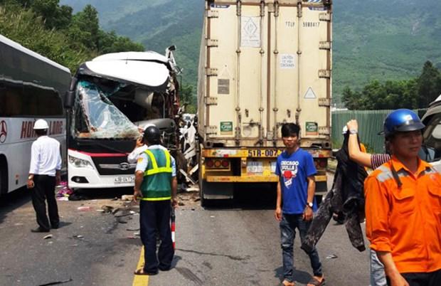 Un accident sur la route menant au tunnel de Hai Van fait 13 blesses hinh anh 1