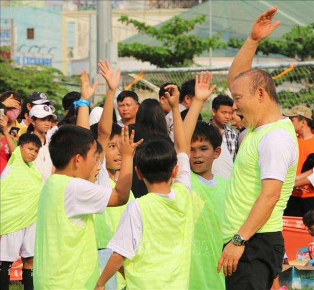 Football : l'entraineur Park Hang-seo apporte le programme « Donner du reve » aux enfants a An Giang hinh anh 1