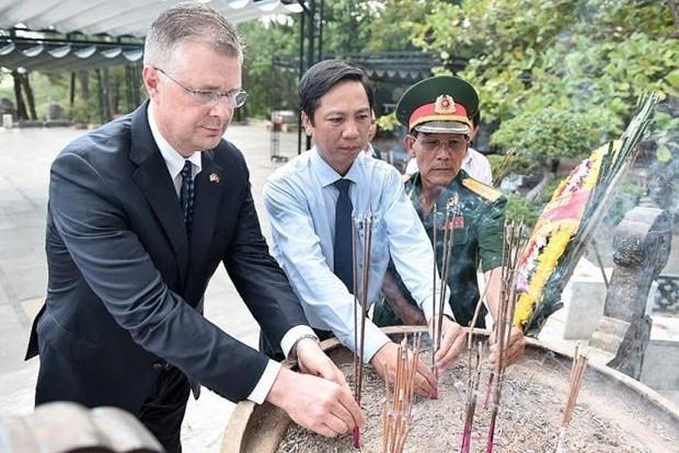 L'ambassadeur americain se rend au cimetiere national de Truong Son hinh anh 1