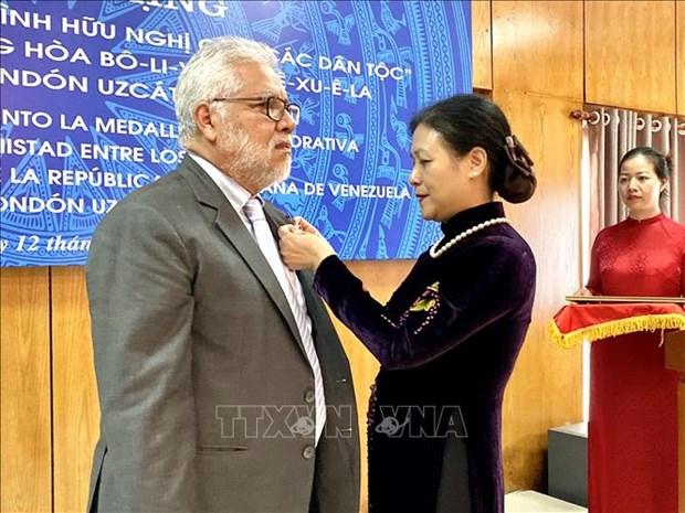 L'insigne « Pour la paix, l'amitie entre les peuples » a l'ambassadeur venezuelien au Vietnam hinh anh 1
