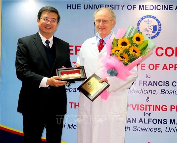 Medecine familiale : des professeurs etrangers a l'honneur hinh anh 1