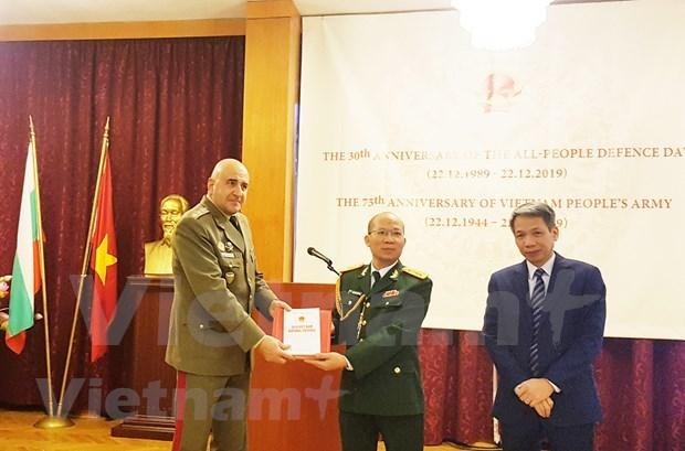 Le Livre blanc sur la Defense 2019 du Vietnam presente en Bulgarie hinh anh 1