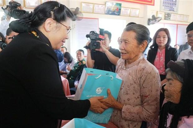 Des dirigeants offrent des cadeaux du Tet a des familles demunies a plusieurs localites hinh anh 1