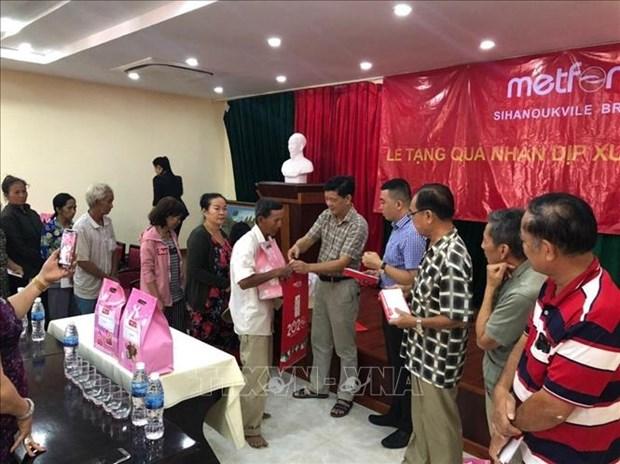 Les consulats generaux du Vietnam au Cambodge assistent des personnes demunies hinh anh 1