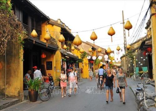 Des visites dans les destinations touristiques de plusieurs localites suspendues hinh anh 1